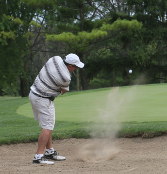 IL-golf-Golfer-in-sand-trap